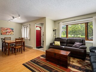 Cozy Condo Close to the Slopes! On Free Shuttle Route! Hot Tub & Pool, Fireplace