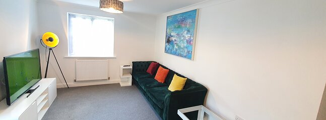 Nicely Furnished 2 Bedroom Ground Floor Apartment, close to Train station