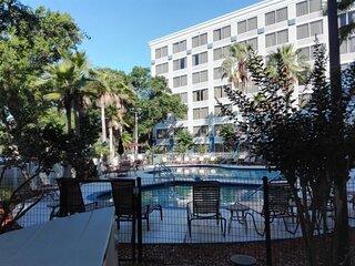 Modern 1BR Condo w Sparkling Swimming Pool