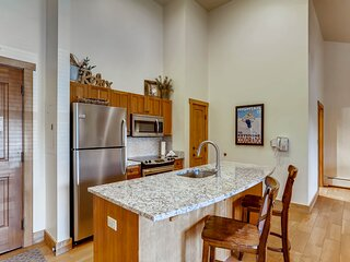 Newly renovated,  2br with Murphy bed Red Hawk Lodge 2301- Kids Ski Free!