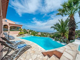 Luxurious Villa in Les Issambres with swimmingpool and sauna