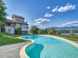 Enchanting Villa with swimming pool and Jacuzzi overlooking the lake