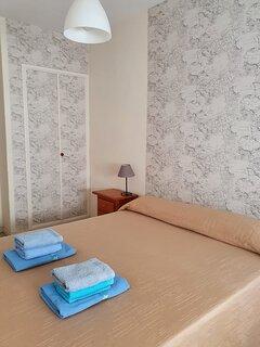 Dormitorio (2). Con armario empotrado al fondo.