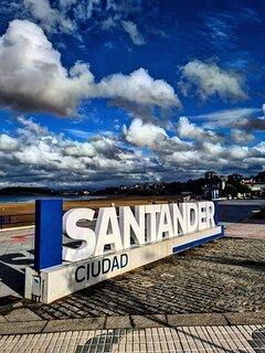 Logotipo Santander situado en El Sardinero.