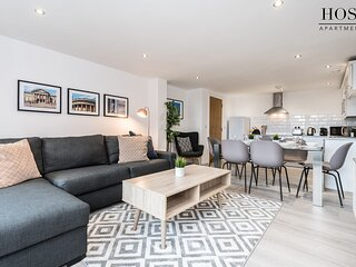 Contemporary 3 Bed Apt with Balcony