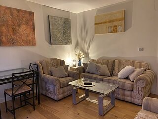 Central, modern and peaceful two-bed flat with smart TV & free onsite parking