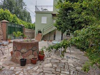 Fachada principal y patio