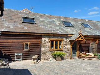 COMFORTABLE VILLAGE HOUSE - HOT TUB - LOCAL AMENITIES