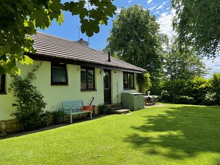 Midwood Lodge with woodland garden, treehouse, parking, 5 mins walk to beach