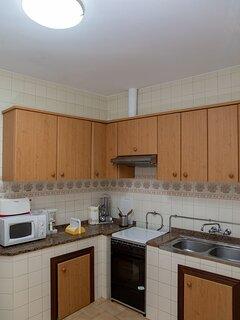 Cocina, microondas, cafetera, tostadora.