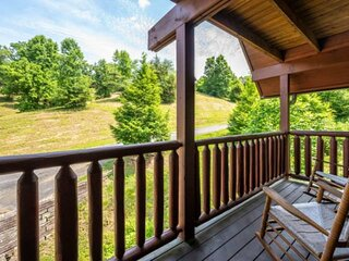 NEWLY REDECORATED w/Private HotTub ~Close to Pigeon Forge-Pool Table/Arcade-WiFi