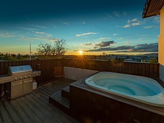 SJF Villa, Hot Tub & Outdoor Sauna amazing mountains view-15 min from downtown