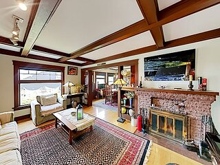 Highest House in Highland Park | Private Hot Tub, Office & Chef's Kitchen