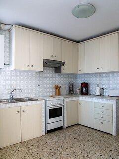 Cocina con horno, nevera combi, tostadora, cafetera, lavadora exterior...