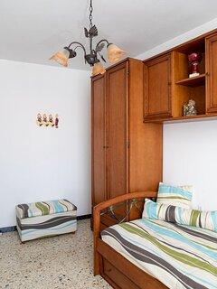 Dormitorio 3: cama nido plegada, armario.