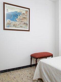 Dormitorio principal, armario y mesillas de noche.