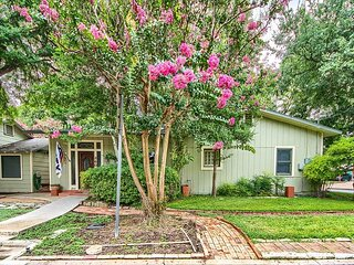 Quaint! Historic! Walk to the Comal, Schitterbahn and downtown! Pet friendly