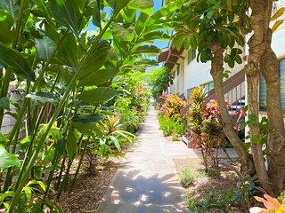 Waiohuli Beach Hale D115 - Aloha Kai - Oceanfront/1b1b/Wifi/AC/Cable/Pool/Extras
