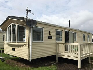 Lovely 8 berth caravan at Felixstowe Beach Holiday Park ref 55022YC