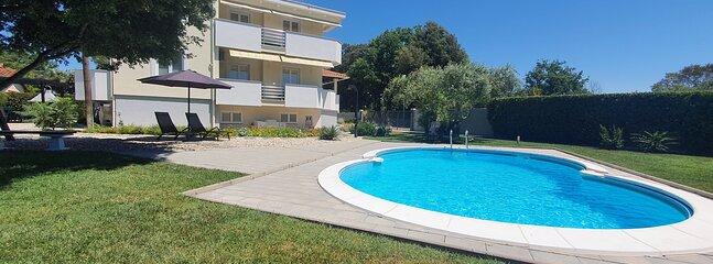 Sunny estate apartments Zaton, aluguéis de temporada em Zaton
