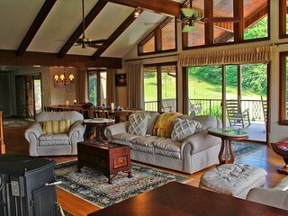 PREMIER Lodge with Private Pool and Amazing Views!