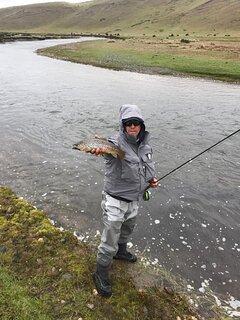 Rio de la estancia para la pesca de la trucha arcoiris o marrón.