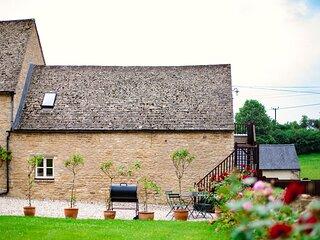 Hayloft at Newbarn Farm, Charlbury - sleeps 4 guests  in 2 bedrooms