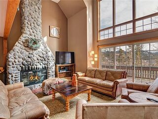 8 BDR Close to Main Street w/ Secluded Hot Tub!