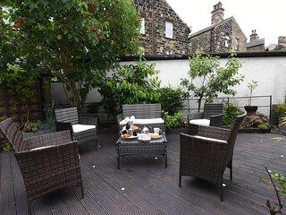Courtyard Mews - Town Centre Apartment with Courtyard Garden