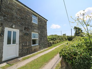 BLACKBERRY COTTAGE, traditional, beams, shared garden, parking near Saint Ives