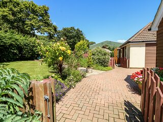1 THE STABLES, country holiday cottage, with a garden in Ryde, Isle Of Wight