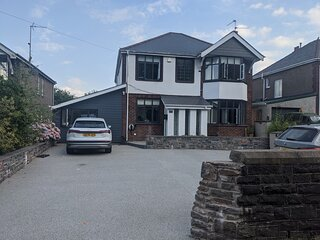Beautiful Large 4-Bed House, close to Celtic Manor