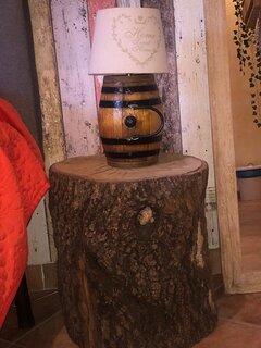 Comodino e lampada ricavati da una piccola botte e tronco di albero