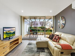 MadeComfy Spacious 1-Bed Canberra Apartment with Courtyard