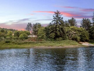 Lake House With Private Sandy Beach, Fishing, Single Level, Hot Tub, BBQ, Fire-P