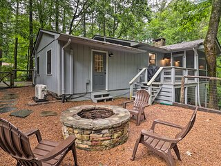 NEW! Luxury Highlands Cottage w/ Deck + Fireplace!