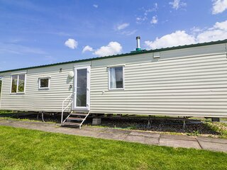 Spacious 8 berth caravan for hire at Southview Holiday Park in Lincs ref 33041TC