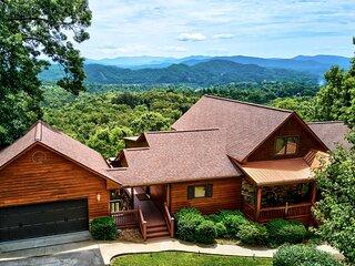 NEW! Large Murphy Cabin w/ Hot Tub + Mtn Views!