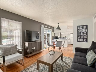 Great Hyde Park 2 Bed 2 Bath for 6 Guests with Full Kitchen + Patio Space
