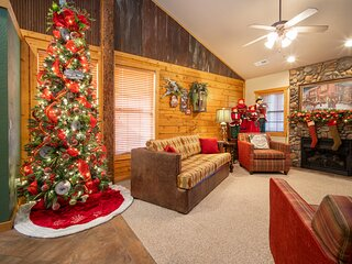 Walk-in Christmas Cabin - Just off of Hwy 76! Minutes from Shows!