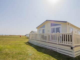 Stunning 6 berth lodge with sea views for hire at Skipsea Sands ref 41136NF