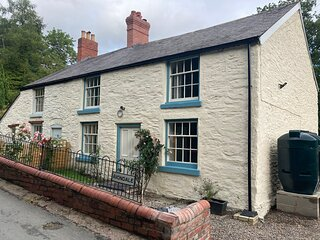 Stylish and recently Rennovated 4 Bedroom Cottage with History and Character