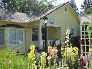 Little Yellow Cottage- near downtown and the town park/creek!