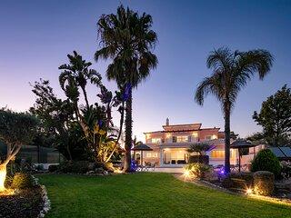 Casa Valhalla 5 Bedroom all en-suite, Hot Tub, Pool. Private gardens.