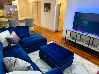 Stunning Skyline city Views - Uniquely Designed - Luxe 1 bed 1 bath