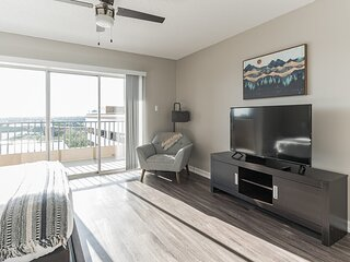 Convenient Downtown Stay w ith 85 Walk Score
