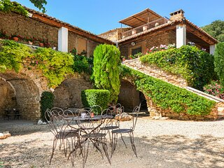 Beautiful home in Uzes with 4 Bedrooms (FLG215)