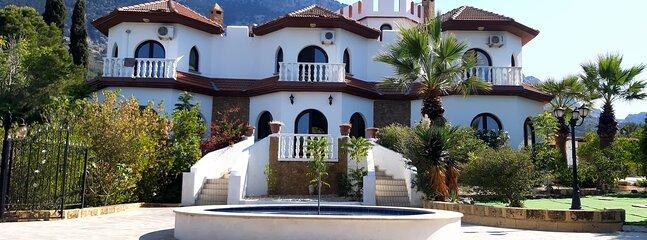 Beautiful magical unique villa in Lapta North Cyprus 4 bed and swimming pool, casa vacanza a Lapta