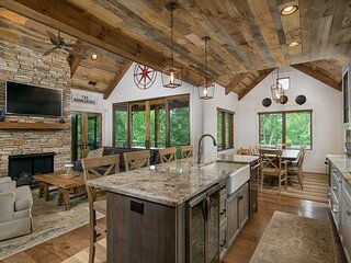 Kingfisher Cottage   Lakefront Luxury with 150+ ft of Private Beach Area!