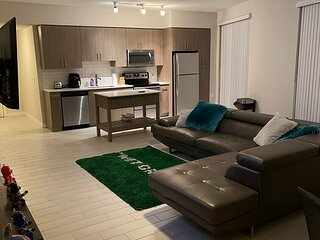 2 bedroom 2 queen sized beds with Pool and Miami skyline/ River view
